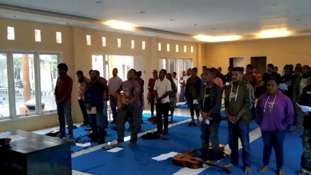 Doa bersama Mahasiswa Papua di Asrama Mahasiswa Papua di Jalan Lanto Dg Pasewang, Makassar, Selasa, (1/12/2020).