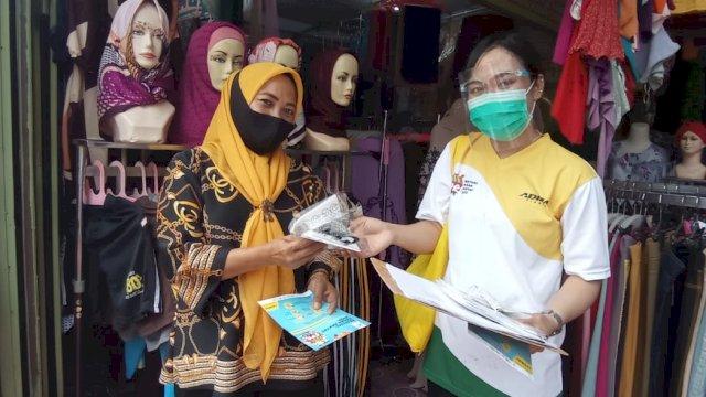 Bagi-bagi masker di pasar.