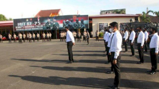 upacara pemecatan anggota brimob polda sulsel.