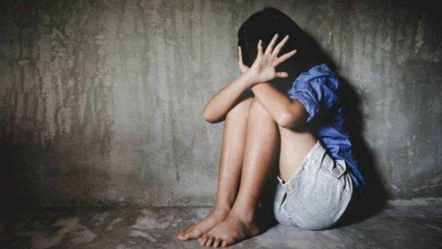 Seorang gadis yang tengah mendekap di sebuah tembok kosong terlihat seperti tertekan dan merasa takut, Jumat (22/1)    Dok: TROTOAR.