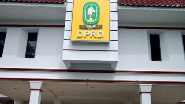 Gedung kantor DPRD Kabupaten Sinjai, Sulawesi Selatan || Trotoar.