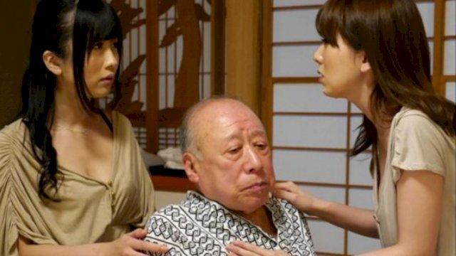 Kakek Sugiono di tengah di depan belakangnya berdiri dua perempuan teman main aktor terkenal ini. / Trotoar