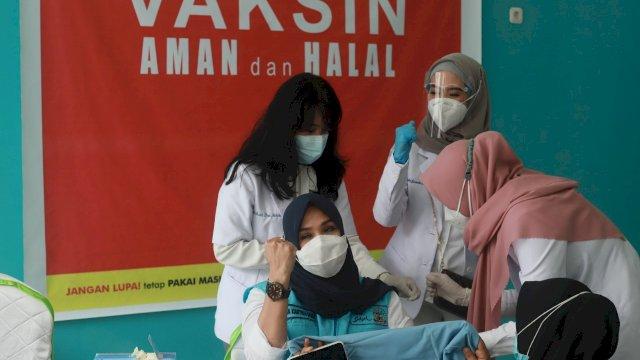Andi Ina Kartika Sari ketua DPRD Provinsi Sulawesi Selata Mengikuti Program Vaksinasi Covid-19