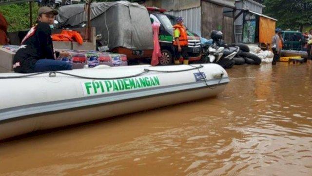 Perahu karet yang bertuliskan FPI Pademangan di Cipinang Melayu, Jakarta Timur