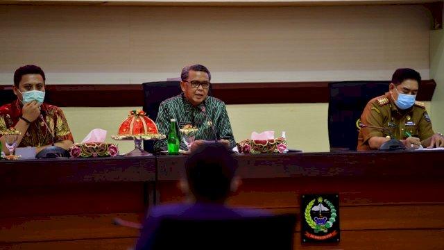 Wakil Ketua Komisi V Andi Iwan Darmawang Aras bersaam Gubernur Sulsel Saat menggelar Rapat Pembahasan Pembangunan Infrastruktru