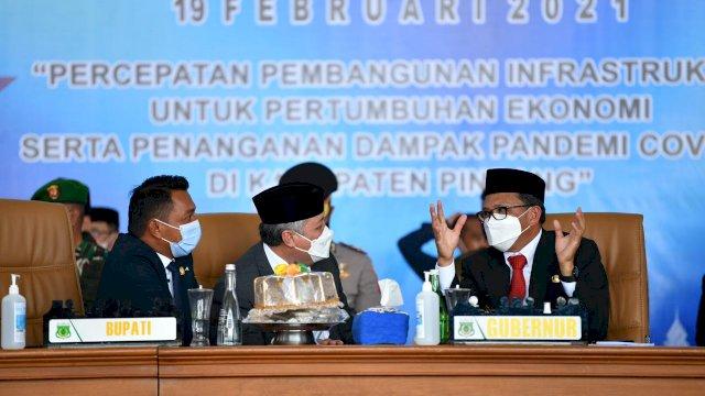 Bupati Pinrang H, Irwan hamdi Berbincang Dengan Gubernur Sulsel Nurdin Abdullah Di Perayaan Hut Kabupaten Pinrnag ke 61