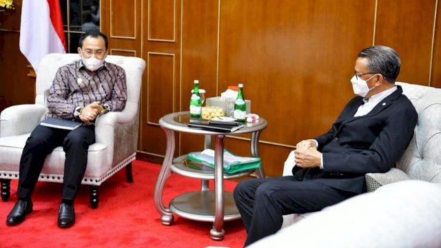 Gubernur Sulawesi-Selatan Nurdin Abdullah menerima kunjungan silaturahmi Kepala Wilayah (Kakanwil) Direktorat Jenderal Perbendaharaan (DJPb) Kemenkeu RI Sulsel yang baru, Syaiful di Kantor Gubernur Sulawesi Selatan, Senin, 22 Februari 2021.
