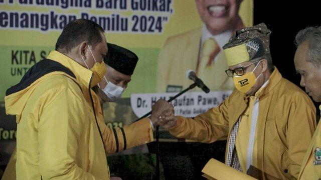 Ketua Golkar Sulsel Taufan Pawe Memerikan SK PLT kepada Lukman B Kady di Kediaman Viktor datuan Batara