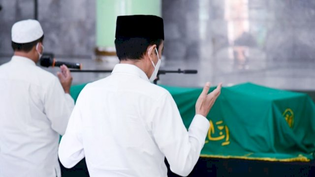 Jokowi saat mendoakan Artidjo Alkostar, Senin (1/3) | Setkab