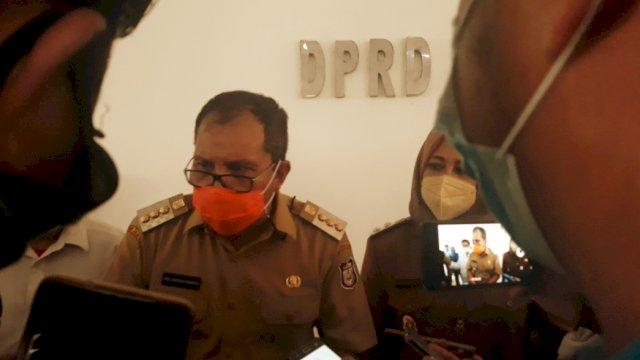 Wali Kota Danny Pomanto didampingi oleh wakilnya Fatmawati Rusdi, di DPRD Kota Makassar, Selasa (2/3). | Al/trotoar.id.