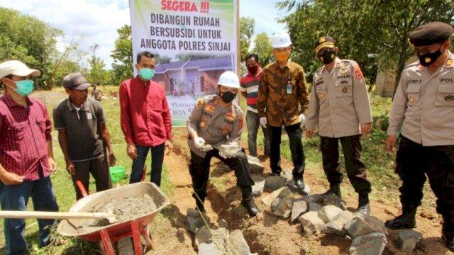 Peletakan batu pertama dalam pembangunan perumahan Polri, Selasa (2/3). | Sapri/trotoar.id.