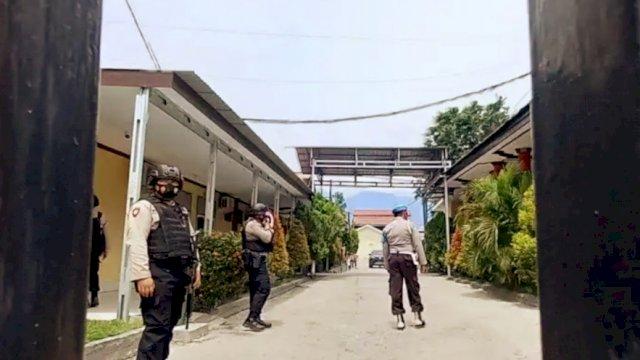 Kepolisian bersenjata lengkap berjaga saat kedua jenazah tiba di Rumah Sakit Bhayangkara Palu, Selasa (2/3/2021). FOTO ANTARA.