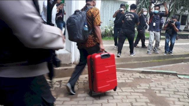 Tim KPK membawa koper dari ruang kerja Nurdin Abdullah, Rabu (3/3). | Al/trotoar.id