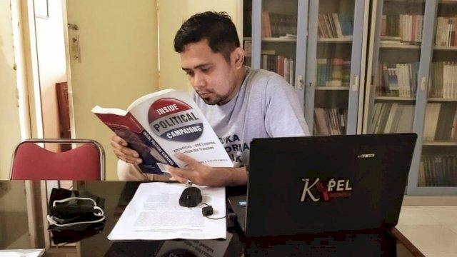 Koordinator KOPEL Sulsel, Ahamd Tang, disapa Ocha'. Saat ia berada di Kantor KOPEL di Makassar, [Pribadi].