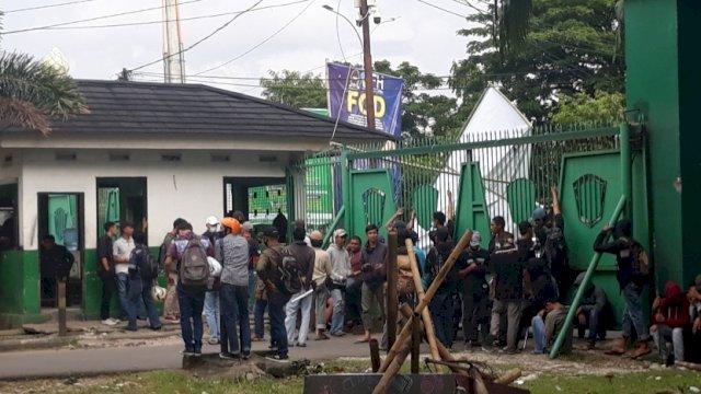 Puluhan mahasiswa yang tengah memblokir pintu keluar kampus UMI, Selasa (30/3/2021).