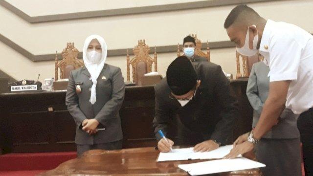 Penandatangan kesepakatan atas persetujuan perubahan nama perusda ke perseroda di Ruang Paripurna DPRD Makassar, Rabu (31/3).