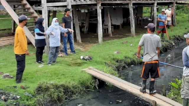 Kartini Ottong terjun meninjau sungai yang dikeluhkan oleh warga.