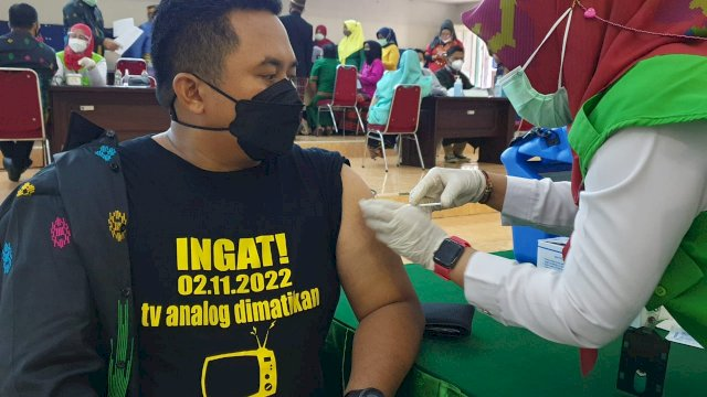 Kota Makassar Vaksin 500 Pekerja Media Penyiaran di Peringatan Harsiarnas