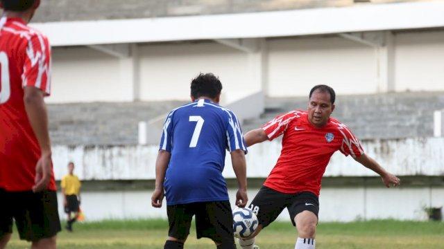 Danny Ikut Laga Sepak Bola Friendly Match Antara Tim Pemkot Lawan Legenda PSM