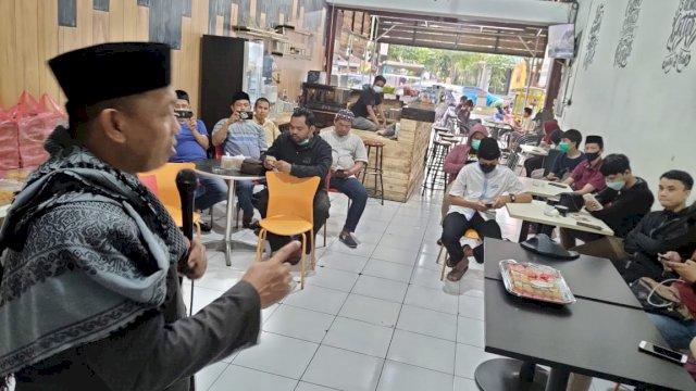 Ceramah disampaikan oleh Ustadz M Ridwan Sese kepada pengurus SMSI Sulsel, menjelang buka puasa, di sekretariat SMSI Sulsel, Jalan Pengayoman, Minggu (18/4).