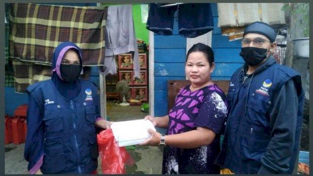 Tim Partai NasDem saat berbagai menu buka puasa kepada warga yang membutuhkan di Kecamatan Sinjai Utara, Sabtu (24/4).