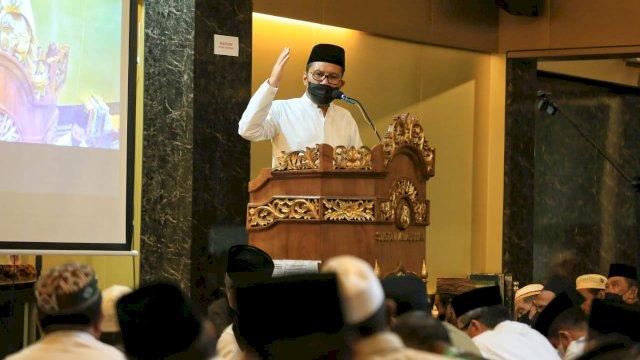 Walikota Makassar Mohammad Ramfhan Danny Pomanto mengisi ceramah Subuh di Masjid Sultan Alauddin