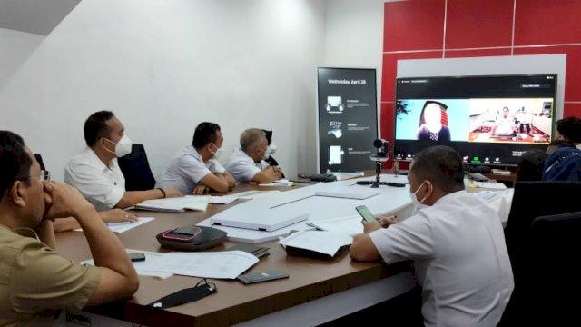 Sekretaris Daerah Kota Makassar, Muh Ansar ikuti sosialisasi virtual terkait aplikasi MCP atau Monitoring Control For Prevention yang digagas Komisi Pemberantasan Korupsi (KPK) RI. Rapat virtual itu berlangsung di war room meeting room kantor Balaikota, Rabu (28/04/2021).