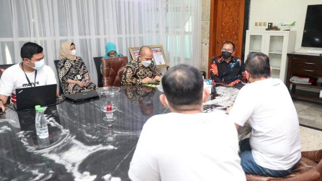 """Wali Kota Makassar, Moh. Ramdhan """"Danny"""" Pomanto menerima kunjungan dari pihak Manre Food dan Expres, di Kediaman pribadinya, Jalan Amirullah, Kamis (29/4/21)."""
