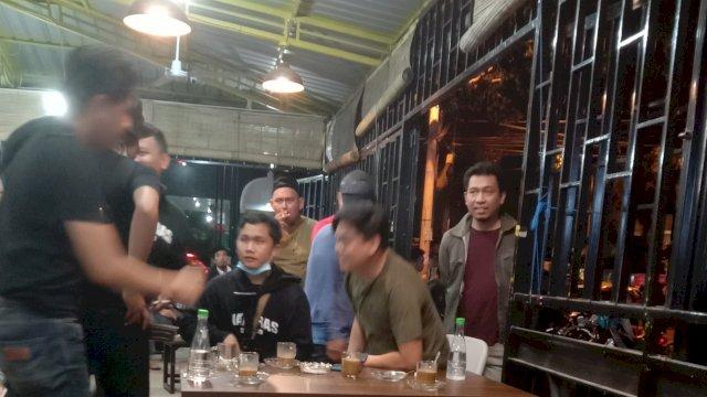 Anggota Kepolisian Sedang Menyaksikan Rekaman CCTV Warkop Megazone Melihat Aksi Penyerangan Kelompok Begal