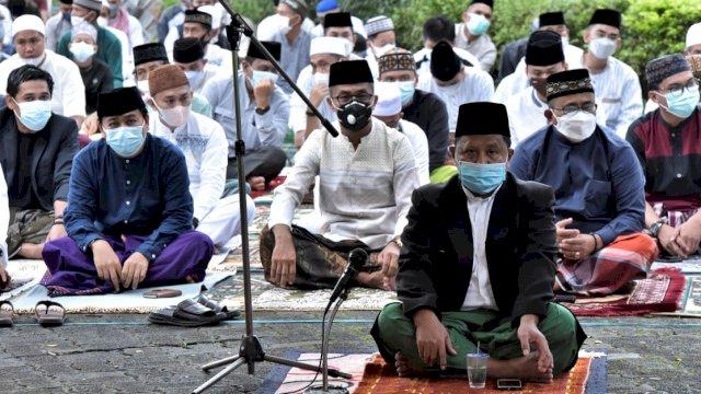 Terapkan Prokes Ketat, Bupati dan Wakil Bupati Salat Eid di Halaman Kantor Pemda