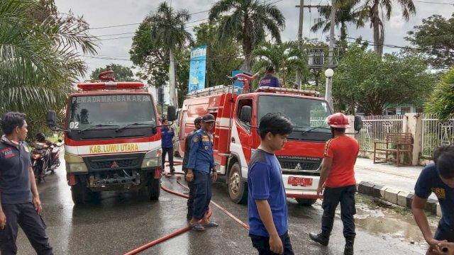 Bersihkan Ruas Jalan Kota Masamba, Sejumlah Mobil Damkar Diterjunkan