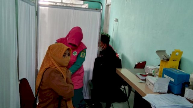 Vaksinasi untuk tenaga pengajar di Sinjai.