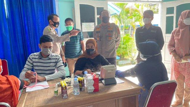 Saat Kapolres Sinjai memantau langsung proses vaksinasi di Kantor Dinas Pendidikan Sinjai, Kamis (27/5).