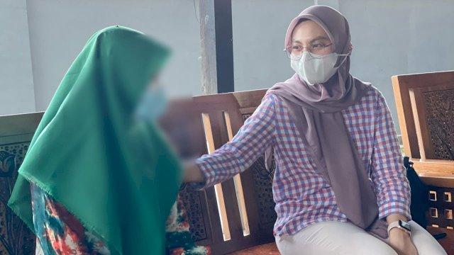 Inas Utamai Muchtar di hadapan sosok korban kekerasan seksual ini.