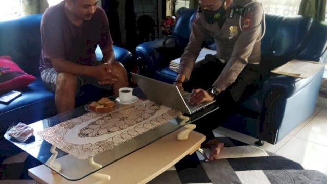 Saat penyidik laka lantas Polres Gowa menemui saksinya.