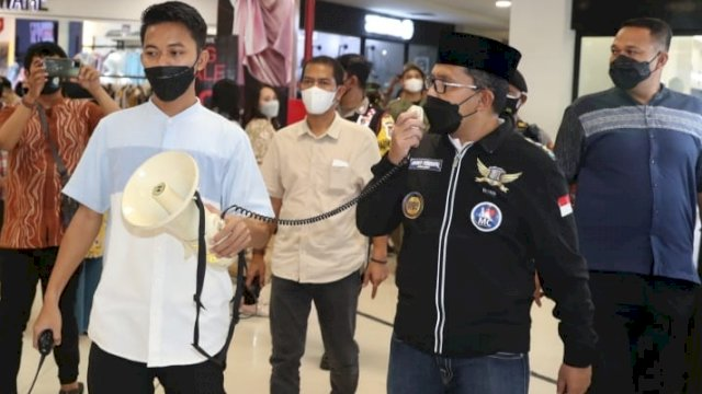 Wali Kota Makassar, Danny Pomanto melakukan sidak di Mall Panakkukang, Minggu (2/4) malam. FOTO: Trotoar.id/Tim