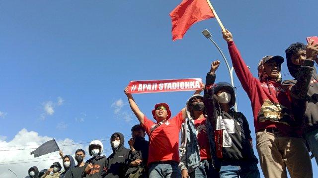 Demonstrasi para suporter PSM di depan Gedung DPRD Sulsel, Jalan Urip Sumoharjo, Jumat (28/5) - FOTO: Alam