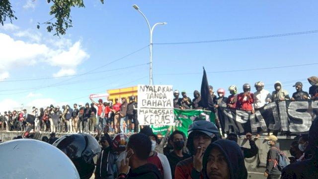 Ribuan suporter PSM Makassar menggelar aksi di Depan Kantor DPRD Sulsel.