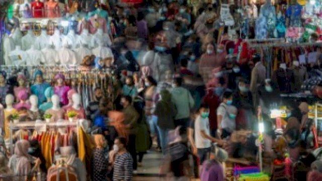 Warga padati pusat belanja pakaian di Pusat Grosir Pasar Tanah Abang, Jakarta Pusat, Minggu (2/5). Foto: Aditya Pradana Putra/Antara Foto