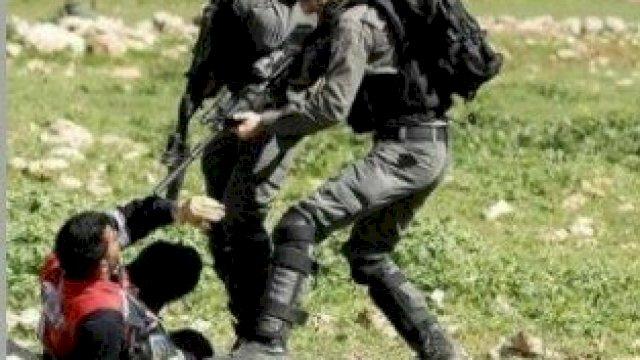 Militer israel membidik seorang warga sipil Palestina. (AFP FOTO)