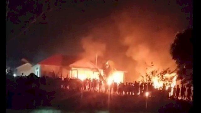 Potret kebakaran di Polsek Candipuro.
