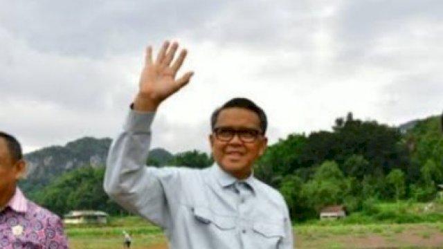 Gubernur (Nonaktif) Sulawesi Selatan Nurdin Abdullah saat itu masih menjabat dan melakukan tinjauan pembangunan jalan Bua-Rantepao bersama Kepala Dinas Pekerjaan Umum dan Penataan Ruang Sulsel, Rudy Djamaluddin dan Bupati Toraja Utara, Kalatiku Paembonan, Minggu (8/3/2020). Dok. Pemprov Sulawesi Selatan