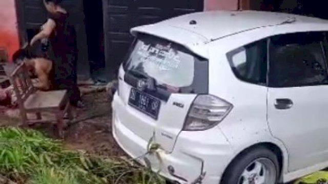 Kecelakaan sebuah mobil Honda Jazz putih di Kabupaten Bone.