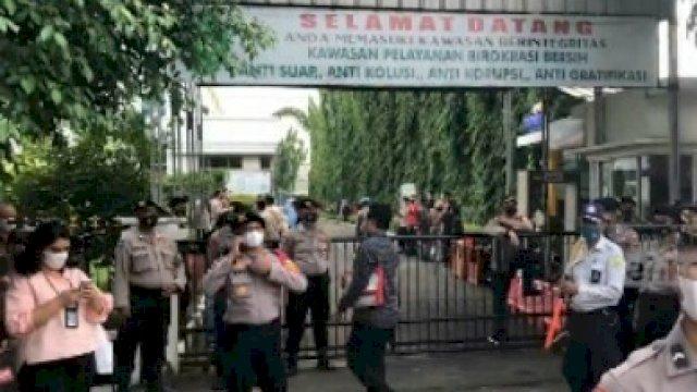 Pengamanan personil gabungan di sekitaran PN Jaktim, Kamis (27/5).