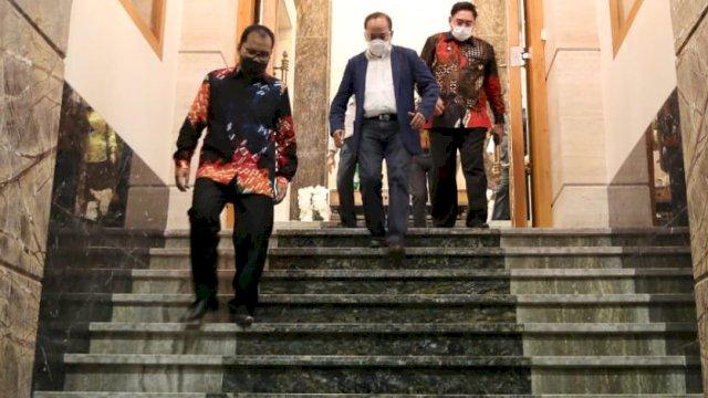 Saat Sekprov Sulsel bersama Abdul Hayat Gani menyambut kedatangan Gubernur Lemhanas.