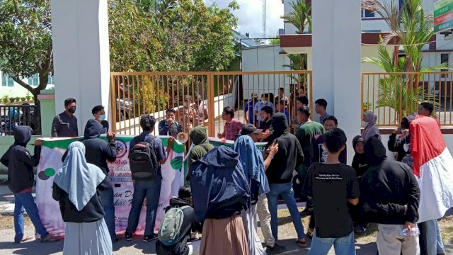 Massa Hijau Hitam demo di depan kejaksaan negeri Sinjai, Kamis (3/6). FOTO: Ihsan Akbar.