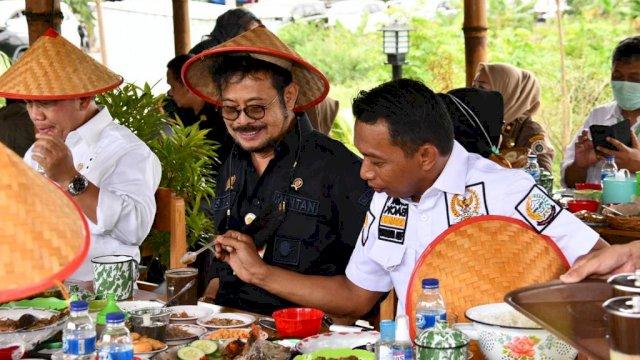 Wakil Ketua DPRD Sulsel, Syaharuddin Alrif menggaruk Kopi Milik Mentan SYL di RM Tepi Sawah Kabuoaten Sidrap