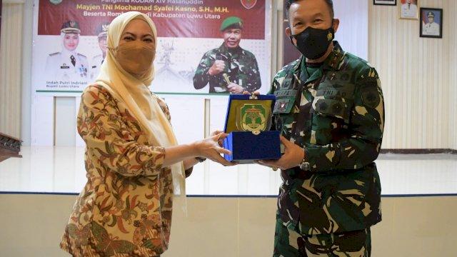 Pangdam XIV Hasanuddin Kunjungi Lutra. Titip Prajurit, Bantu Pemda Dalam Penanganan Pascabencana