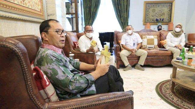 """Wali Kota Makassar Moh Ramdhan """"Danny"""" Pomanto menerima kunjungan Bulog Sulselbar di Kediaman Pribadinya, Jalan Amirullah Makassar, Rabu (9/6/2021). Dalam pertemuannya di ketahui ada produk baru dari Bulog yakni beras fortivit."""