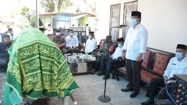 Wakil Bupati Luwu Utara, Suaib Mansur, melepas jenazah Plt. Sekretaris Camat Bonebone, almarhum Harnas Taruan, untuk dimakamkan di pemakaman keluarga di Kecamatan Masamba berdampingan dengan makam orang tuanya, Rabu (9/6/2021), di kediaman almarhum di Kecamatan Bone-Bone.